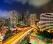 Una concurrida autopista conecta una parte del territorio con otra, atravesando las densas torres de Yau Ma Tei en Kowloon / BBC Mundo