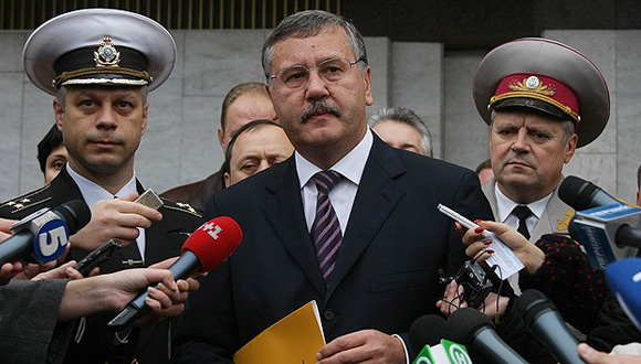 Anatoli Gritsenko. Entre febrero de 2005 y diciembre de 2007 fue ministro de Defensa de Ucrania. Primero entró en el Gobierno de Yulia Timoshenko en febrero de 2005. Luego, el 4 de agosto de 2006 entró en el Gobierno de Viktor Yanukovich. Participó en las presidenciales de 2010, donde obtuvo el 1.2 por ciento de los votos. En enero de 2014 abandonó la fracción Patria.