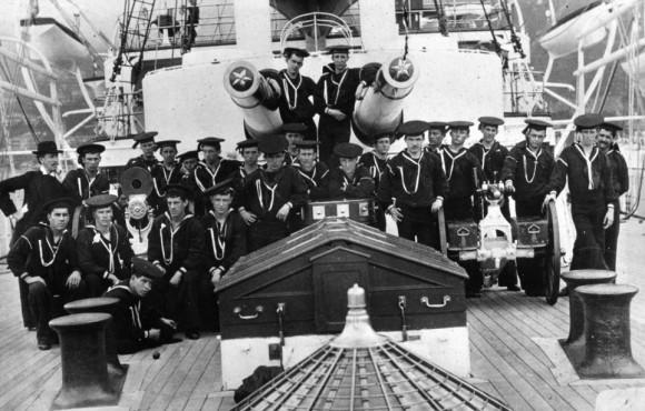 Muchachos Apprentice representadas a bordo del USS Olympia, el buque insignia del Escuadrón Asiático