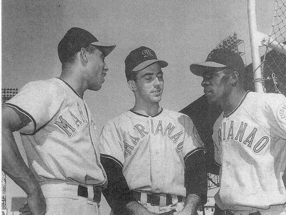 Asdrúbal Baró (izquierda), junto a Mike  Fornieles y Orestes Miñoso
