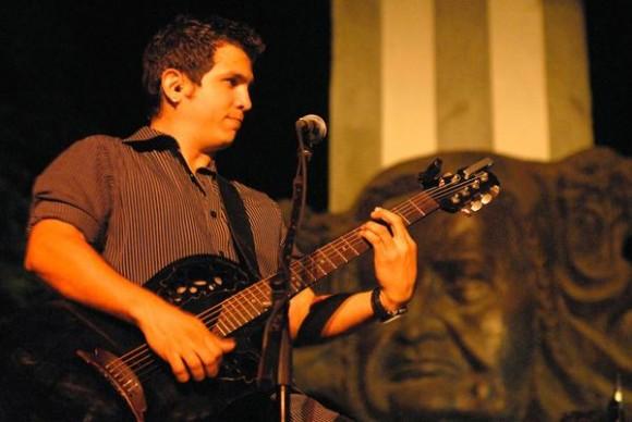 El dúo Buena Fe rindió homenaje al fallecido Juan Formel, director de la orquesta Los Van Van, en el concierto  Pre- Romerías de Mayo, celebrado en el Bosque de los Héroes, en la Plaza de la Revolución Calixto García, en la ciudad de Holguín, Cuba,  el 3 de mayo de 2014.   Foto: Juan Pablo Carreras/ AIN.
