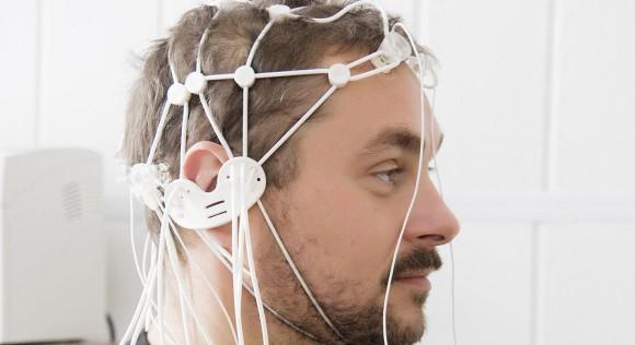 Para hacer las mediciones se colocan electrodos en la cabeza. De esta manera se mide la actividad cerebral en forma de señales de electroencefalograma Leer más:  Pronto podrás mover objetos con la mente sin cansarte.