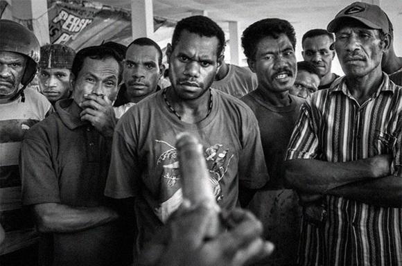 Demostración del uso de un condon en Jayapura, capital de Papua, en 2009