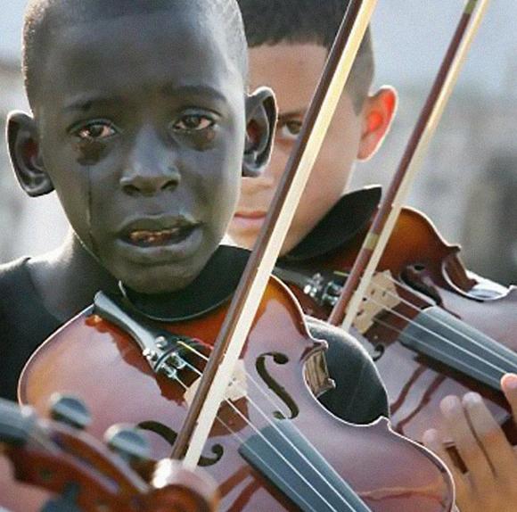 Diego Frazão Torquato, un niño brasileño de 12 años, tocando el violín en el funeral de su profesor