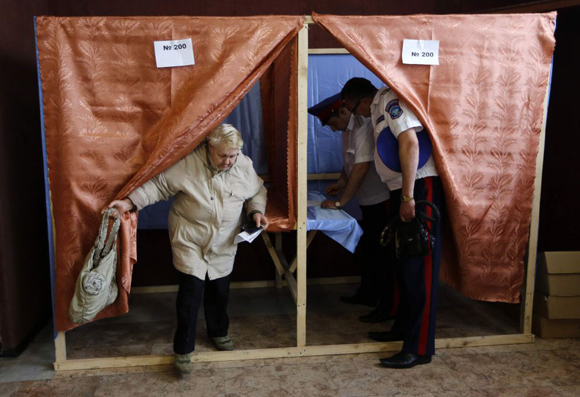 Dos funcionarios de la defensa civil votan en un colegio electoral en Slaviansk. Foto: Reuters