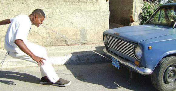 Un cubano lograr halar autos con la fuerza de su mandíbula