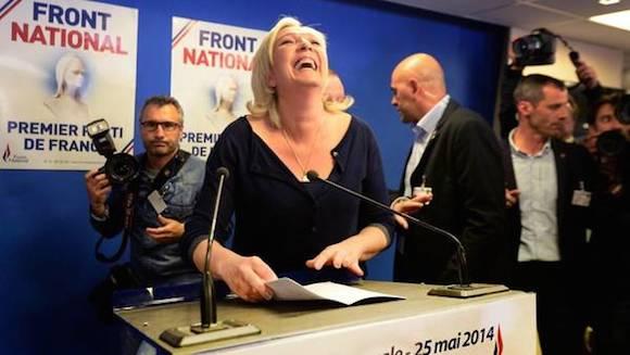 En el marco de las elecciones europeas, el ultraderechista Frente Nacional liderado por Marine Le Pen, sacó el 25% de los votos. Hubo aumento de partidos de derecha en Alemania, Italia y Grecia, entre otros. En total, tendrían 100 de los 700 diputados del Parlamento Europeo.  En la imagen, una exultante Marie Le Pen.