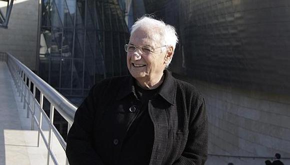 Frank Gehry, ante su obra más emblemática, el Guggenheim de Bilbao.