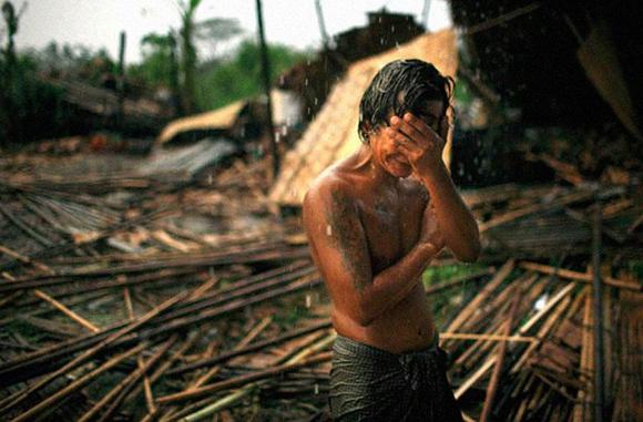 Hhaing The Yu, 29, se pone las manos a la cabeza al ver los destrozos que causó el ciclon Nargis en 2008 en Myanmar, Rangoon. Este ciclón dejó a millones de personas sin techo, y más de 100.000 muertos