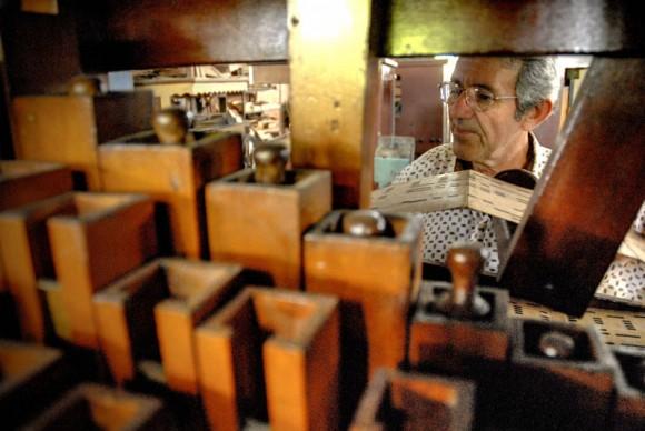 Antonio Enrique Fernández comprueba con una partitura musical el buen funcionamiento de un órgano en la Fábrica de Instrumentos Musicales y Órganos Neumáticos, única de su tipo en Cuba, ubicada en la oriental ciudad de Holguín. FOTO/Juan Pablo Carreras