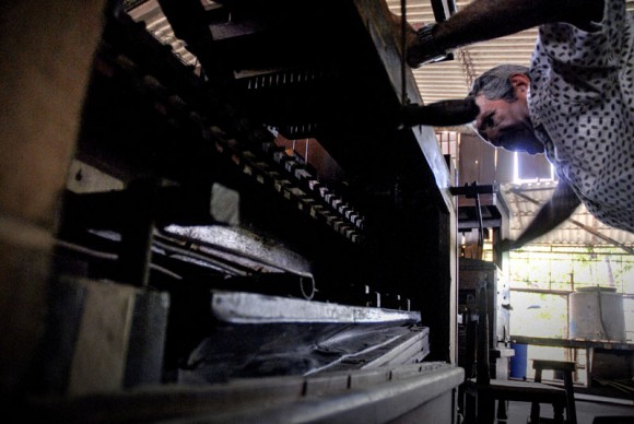 Antonio Enrique Fernández repara un fuelle de un órgano, en la Fábrica de Instrumentos Musicales y Órganos Neumáticos, única de su tipo en Cuba, está ubicada en la oriental ciudad de Holguín. FOTO/Juan Pablo Carreras