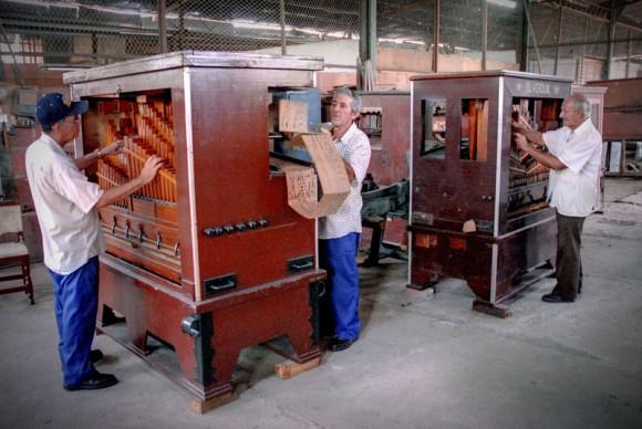 La Fábrica de Instrumentos Musicales y Órganos Neumáticos, única de su tipo en Cuba, ubicada en la oriental ciudad de Holguín, con su labor propicia la protección y el enriquecimiento del patrimonio folclórico musical del territorio. FOTO/Juan Pablo Carreras