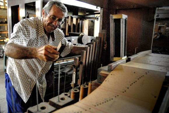 Antonio Enrique Fernández repara la caja de secretos de un órgano, nombrada así por ser utilizada en la antigüedad para el tráfico de joyas, en la Fábrica de Instrumentos Musicales y Órganos Neumáticos, única de su tipo en Cuba, ubicada en la oriental ciudad de Holguín. FOTO/Juan Pablo Carreras