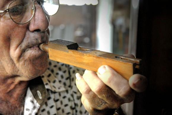 Antonio Enrique Fernández comprueba el estado de una nota musical de un órgano, en la Fábrica de Instrumentos Musicales y Órganos Neumáticos, única de su tipo en Cuba, ubicada en la oriental ciudad de Holguín. FOTO/Juan Pablo Carreras