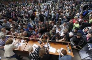 La gente espera en fila en la ciudad de Mariupol para emitir el voto en el referéndum sobre el estatuto de la región de Donetsk. Foto: Reuters