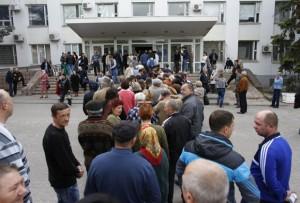 La gente se coloca en fila para entrar en un colegio electoral. Foto: Reuters.