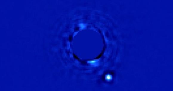 Beta Pictoris (β Pic) es una estrella de tipo espectral A5V, situada en la constelación de Pictor y distante unos 60 años luz (19.28 pársecs) de la Tierra, con una edad que no llega a los 20 millones de años. Su masa es 1.8 veces la masa del Sol y su temperatura superficial es de 8500 K. Posee un disco protoplanetario que fue descubierto en 1984.