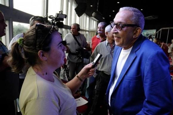 La periodista de Trabajadores Yimel Diaz Malmierca durante una entrevista al maestro en noviembre de 2013. Foto Reno Pérez Massola