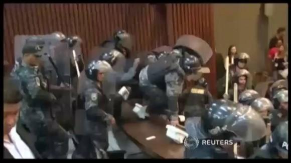 La policia hondurena desaloja del Parlamento al ex presidente Manuel Zelaya. Foto: Reuters