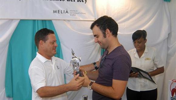 El GM Leinier Domínguez recibe de manos de Lesmer González, subdelegado del Ministerio de Turismo  en Ciego de Ávila, el trofeo que lo acredita como campeón del IV Torneo Internacional de Ajedrez Jardines del Rey.