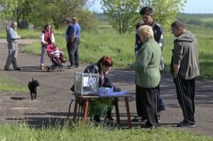 Los residentes locales se colocan cerca de una mesa electoral, en Ternovoe , en la región de Lugansk. Foto: Reuters