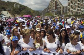 Manifestación de mujeres venezolanas. La mujer en el centro de la pancarta es la mujer de Leopoldo López.