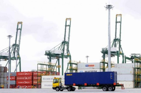 Un equipo auxiliar mueve un contenedor en la Terminal de Contenedores del Mariel, en la provincia de Artemisa, Cuba, el 23 de mayo de 2014.  AIN FOTO/Roberto MOREJON RODRIGUEZ