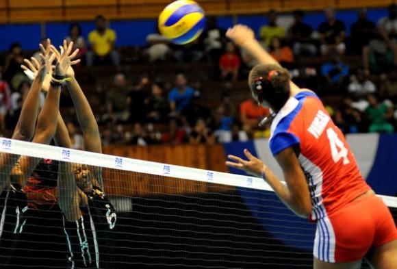 Melissa Vargas (4), máxima anotadora por la selección cubana de voleibol, durante el enfrentamiento ante el conjunto de Trinidad y Tobago, en el torneo femenino del área de Norte, Centroamérica y el Caribe de voleibol (NORCECA), en la Ciudad Deportiva de La Habana, Cuba, el 17 de Mayo de 2014.      AIN FOTO/Omara GARCÍA MEDEROS/