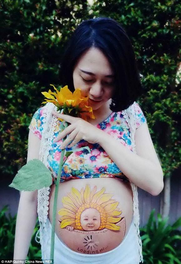 Mujeres embarazadas muestran obra de arte en su barriga3