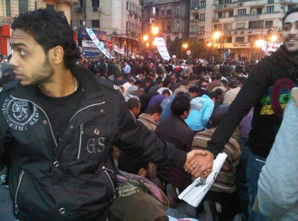 Musulmanes protegen a los cristianos durante una celebración en el centro de El Cairo, Egipto, en 2011