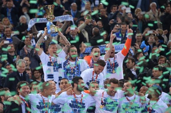 El Napoli levanta la Copa de Italia. Foto: AFP