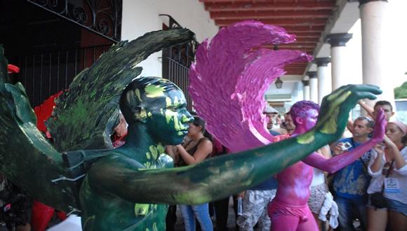 Performance del Proyecto Somos, de Santiago de Cuba, en las Romerías de Mayo, en los alrededores del Parque Calixto García, de la ciudad de Holguín, Cuba.