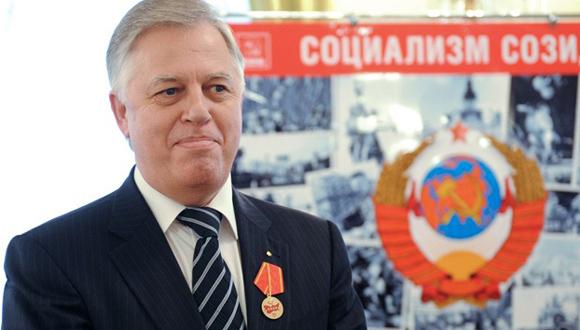 Piotr Simonenko. Primer secretario del Partido Comunista de Ucrania. En los años 1999, 2004 y 2010 se postuló a la presidencia. En 1999 obtuvo un 22.24 por ciento de los votos, pero perdió frente a Leonid Kuchma en la segunda ronda. En 2004 terminó en cuarto lugar con un 4.97 por ciento de los votos. En 2010 fue nominado por el bloque de fuerzas de izquierda y centroizquierda, y en las elecciones se quedó en la sexta posición con un 3.53 por ciento.