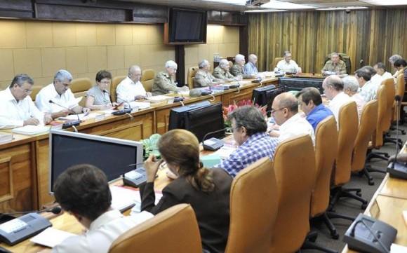 Presidida por el General de Ejército Raúl Castro Ruz, sesionó en la tarde de este lunes la reunión del Consejo de Ministros. Foto: Estudios Revolución.