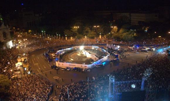 Vista general de la plaza de la Cibeles donde los aficionados del Real Madris esperaron la llegada del autobús de sus jugadores hasta las 6 de la mañana. CURTO DE LA TORRE (AFP)