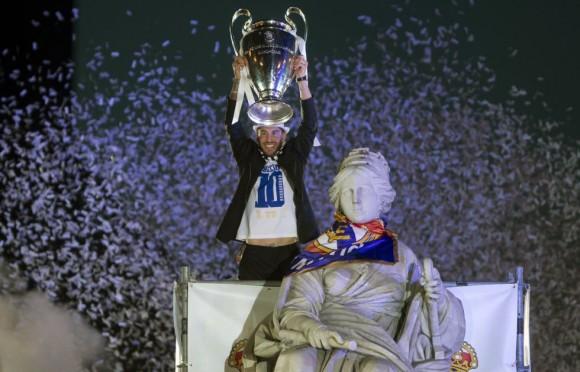 Sergio Ramos levanta el trofeo junto a la estatua de la Cibeles tras colocar alrededor del cuello de la diosa la bufanda del Real Madrid y una bandera. Paul White (AP)