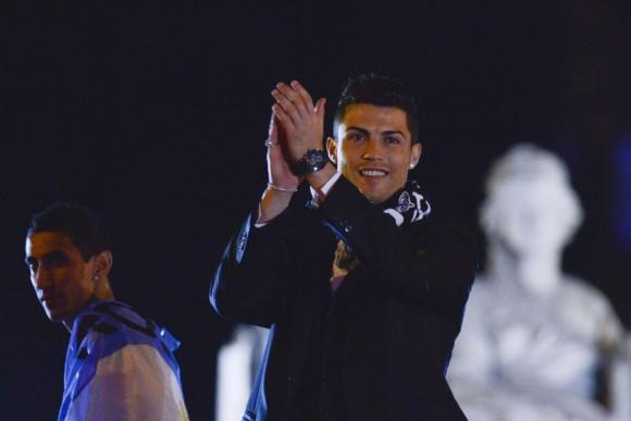 Di Maria y Cristiano Ronaldo aplauden a los aficionados congregados en la plaza de la Cibeles. PEDRO ARMESTRE (AFP)