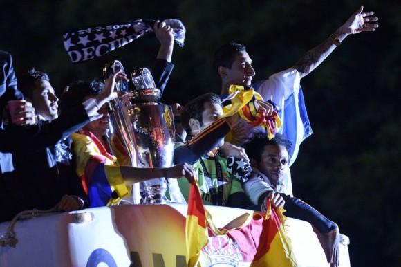 Cristiano Ronaldo, Pepe, Jesús Fernández, di Maria y Marcelo saludan desde lo alto del autobús descapotable. Pedro Armestre (AFP)