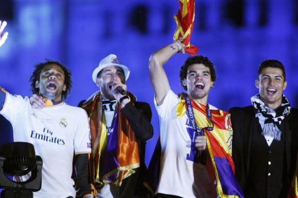 Sergio Ramos, micrófono en mano, anima la fiesta acompañado de Marcelo, Pepe y Cristiano Ronaldo. Santi Burgos