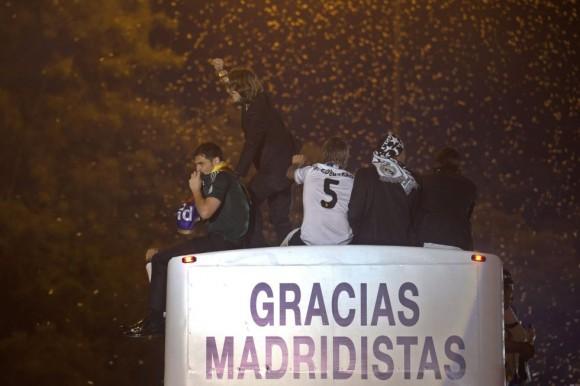 Iker Casillas y Luka Modric, sobre el autobús que se aleja hacia el Bernabéu tras la fiesta de la plaza de la Cibeles. Paul White (AP)