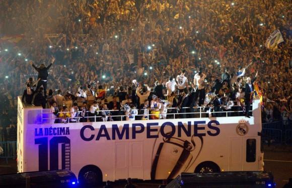 Miles de aficionados esperaban a los jugadores del Real Madrid en la plaza de la Cibeles. CURTO DE LA TORRE (AFP)