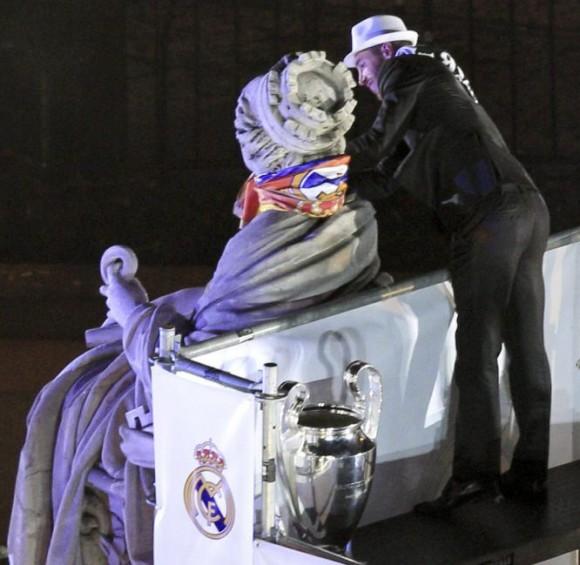 El segundo capitán del Real Madrid Sergio Ramos pone la bufanda madridista a la estatua de la Cibeles. Alberto Martín (EFE)