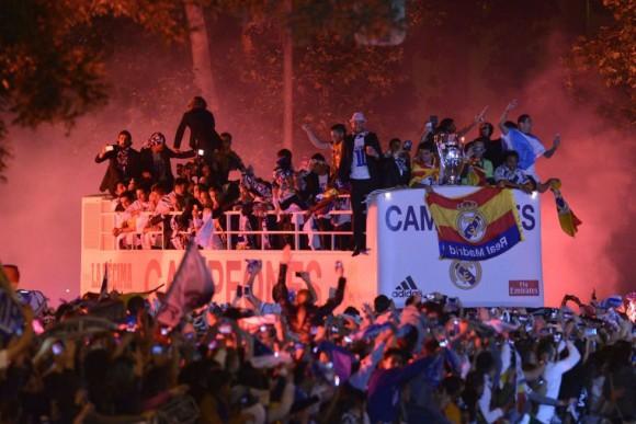 El autobús descapotable que ha trasladado a los jugadores del Real Madrid desde el estadio Santiago Bernabéu, llega la plaza de la Cibeles. PEDRO ARMESTRE (AFP)
