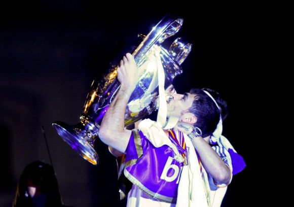 Casillas besa la copa. Santi Burgos