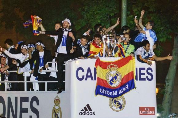 Llegada de los jugadores del Real Madrid con el trofeo de la décima Copa de Europa a la plaza de la Cibeles. Pedro Armestre (AFP)