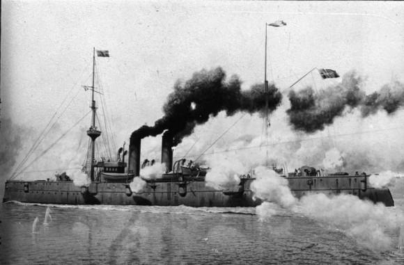 El USS Raleigh en acción en 1898 El crucero participó en la batalla de la bahía de Manila Cavite el 01 de mayo 1898
