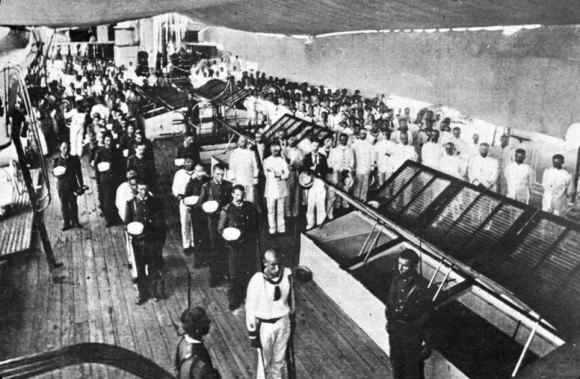 La tripulación del crucero español Reina Cristina en oración antes de la batalla en 24 de abril 1898