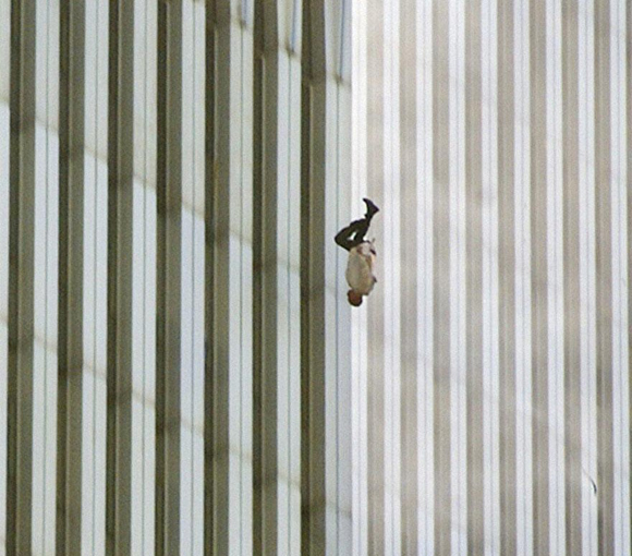 Un hombre caiendo desde el World Trade Center de Nueva York, 9-11.