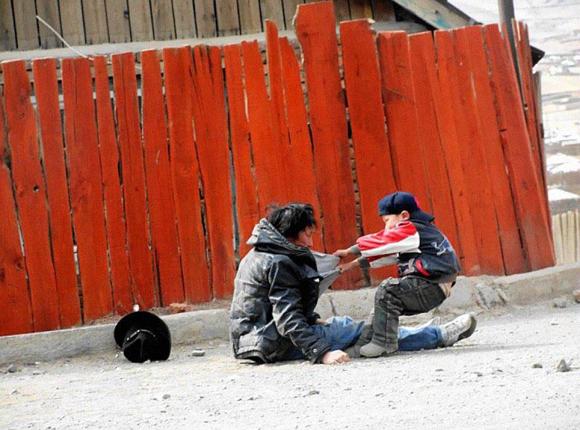 Un padre alcohólico con su hijo