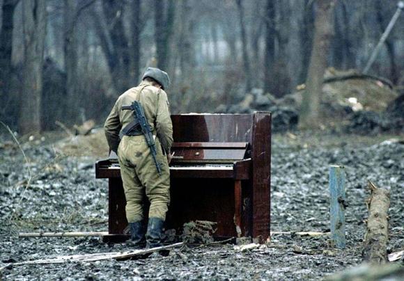 Un soldado ruso tocando un piano abandonado en Chechnya, 1994